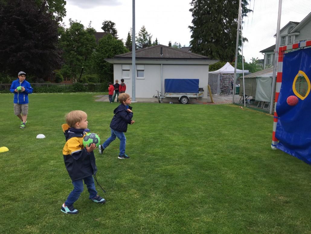 früh übt sich - zwei Kinder beim Torwandschiessen der Handballer (TV Teufen)