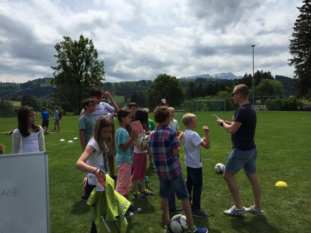 Andreas Buff, Verantwortlicher Spielbetrieb FC Teufen, erklärt den Kindern und Jugendlichen den Posten des FC Teufen