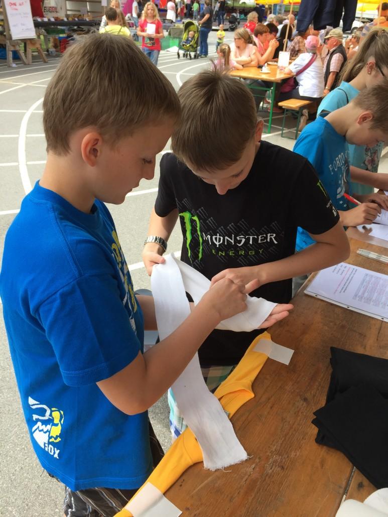 Bei den Help Jungsamariter  mussten die Teilnehmer sich verschiedene Verbände anlegen.